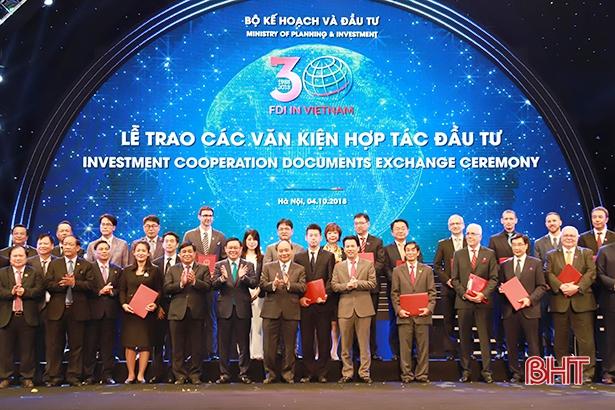 Chủ tịch UBND tỉnh Hà Tĩnh trao giấy chứng nhận đầu tư cho các nhà đầu tư nước ngoài
